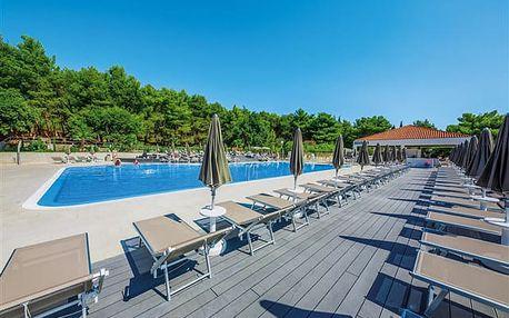 Medena - all inclusive hotel u pláže a promenády s výhledem na Trogirský záliv