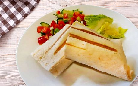 Tortilla s kuřecími stripsy nebo výběr z salátů