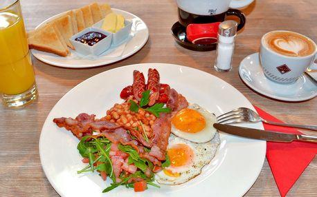 Anglická snídaně: vejce, slanina a fazole