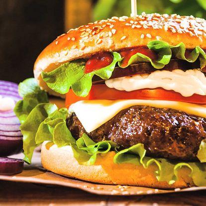 Burger s mletým hovězím a hranolky nebo chipsy