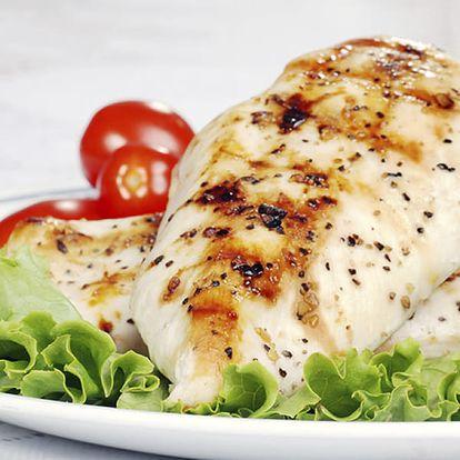 Menu pro 4 osoby v restauraci Švejk, kuřecí steak, americký brambor, tatarka, salát, palačinka.