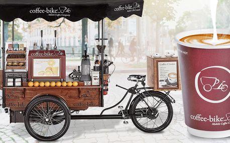 Cappuccino nebo caffè latte v mobilní kavárně