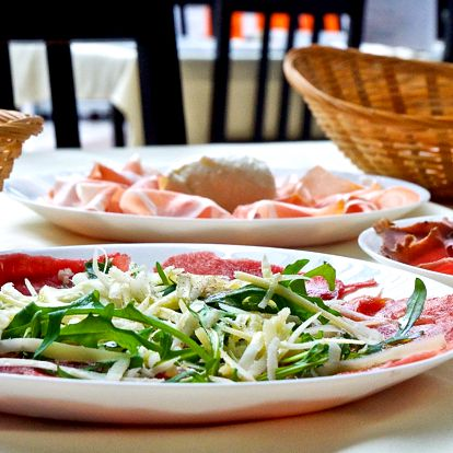 Talíř italských delikates a sklenka Prosecca