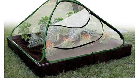 Zahradní fóliovník s plastovou palisádou