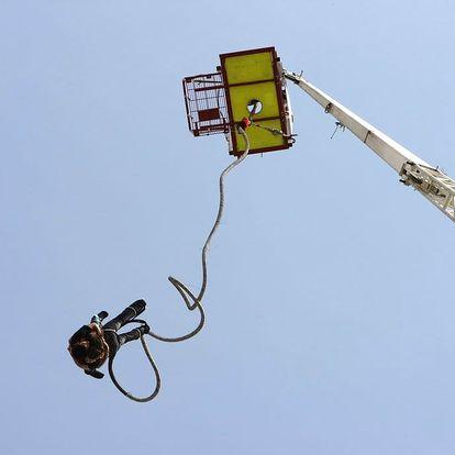 Bungee jumping z jeřábu