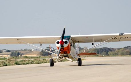 Let sportovním letadlem s možností pilotování letounu