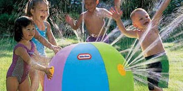 Velký nafukovací míč stříkající vodu