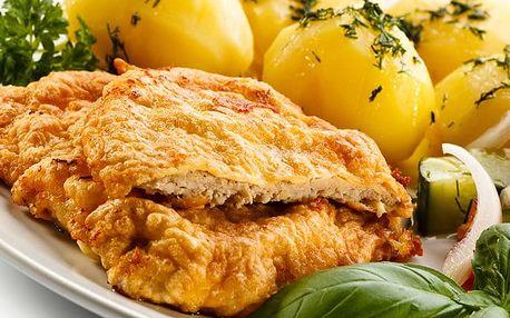 Kilo vepřových řízků s máslovými bramborami a palačinkami ve Švejk Restaurantu Strašnice