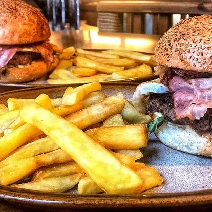 2 pořádné hovězí burgery s 200 g hranolků
