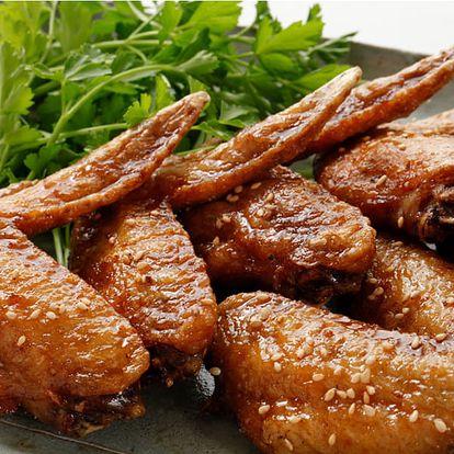 Pečená křídla v restauraci Švejk, salát, košík chleba, domácí tatarka, sweet chilli omáčka a BBQ.
