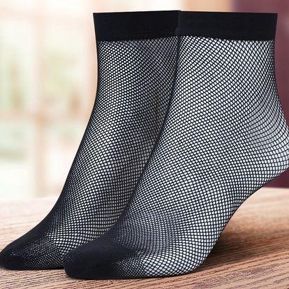 Čtyři páry černých síťovaných ponožek