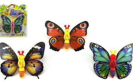 Natahovací motýl třepetající křídly