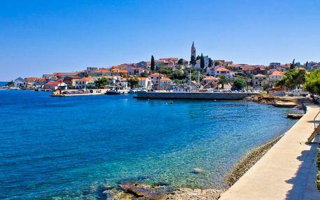 Rodinná letná dovolenka pri mori na ostrove v Chorvátsku