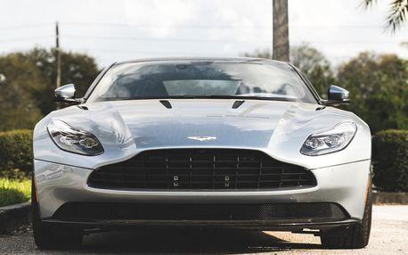 Jízda v Aston Martin DB9S na polygonu