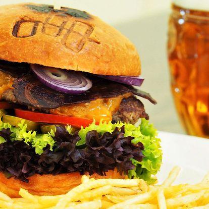 Hovězí burger s bramborovou slámou