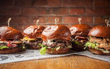 Bacon burger, domácí hranolky a pivo z Poličky
