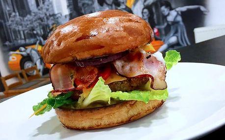 Burger menu s porcí hranolek a salátem Coleslaw