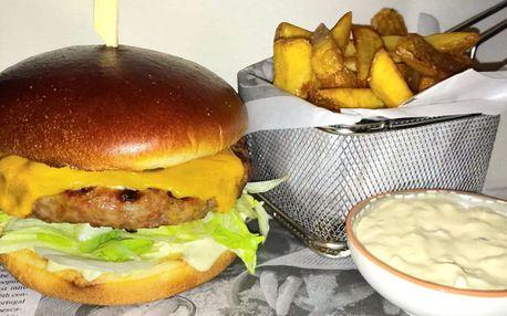 Domácí cheeseburger, hranolky a vanilkový shake