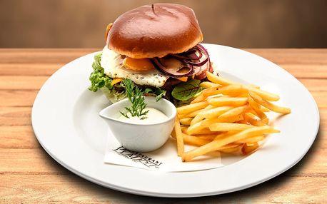 Hovězí burger s pepřovou majonézou a hranolky