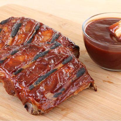 Marinovaná vepřová žebírka v medu 1,5 kg až pro 4 jedlíky a k tomu přílohy v restauraci Švejk.