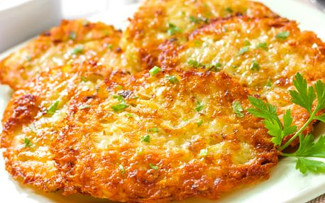 Domácí bramboráčky s uzeným na cibulce a modrým sýrem a zeleninový salát, káva zdarma.