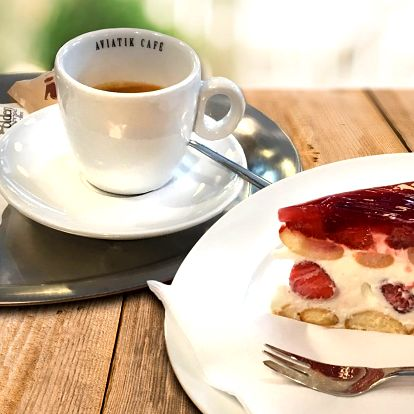 Káva, zákusek nebo domácí limonáda v Aviatik café