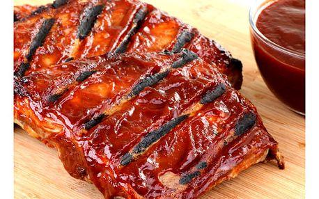 Pečená žebra s BBQ omáčkou, kyselá okurka, chleba nebo bagetka v restauraci Baba Jaga.