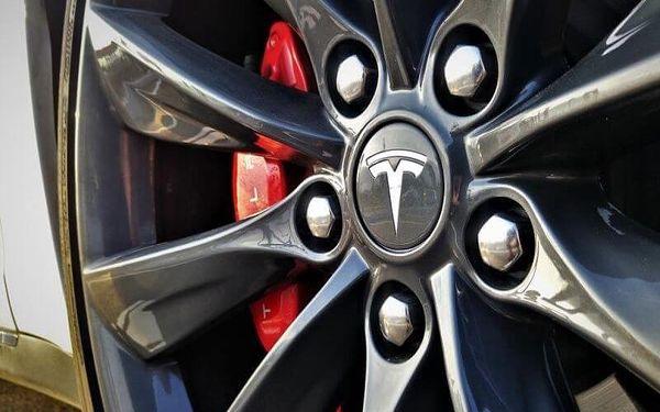 Limuzína i supersport, jízda ve voze Tesla Model S2