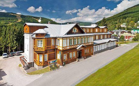 First minute: podzimní Špindlerův Mlýn v luxusním 4* hotelu Sněžka se vstupem do wellness + vycházkové hole a polopenze
