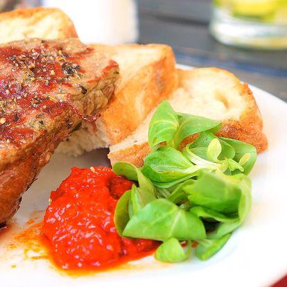 Grilovaný flank steak s jemně pikantní omáčkou