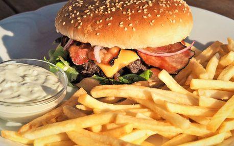 Dva hovězí burgery s hranolky a domácí tatarkou