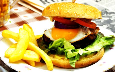 Dva burgery podávané v baru Marcela Ihnačáka