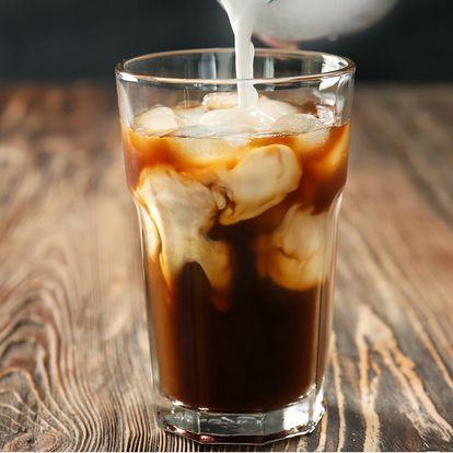 Ledová káva cold brew a čokoládový croissant