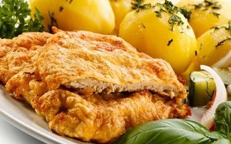 Kilo vepřových nebo kuřecích řízků s přílohou a dezertem ve Švejk Restaurantu Strašnice
