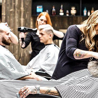 Pánský střih, holení a sklenka whisky v barberu
