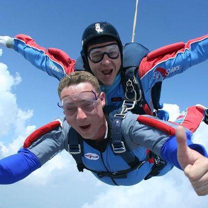 Adrenalinový tandemový seskok z letadla v Mostě