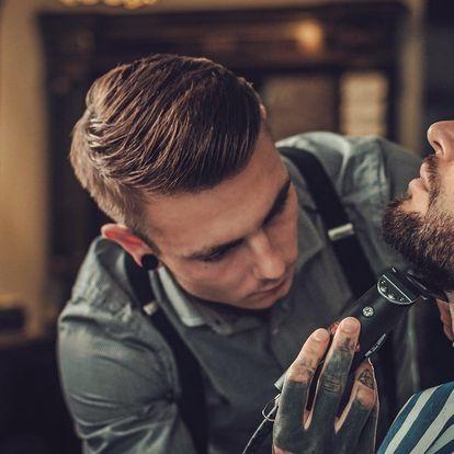 Střih vlasů nebo holení se sklenkou v ruce