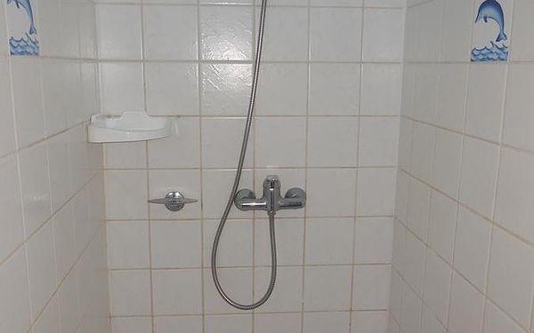 Dvoulůžkový pokoj s manželskou postelí a vlastní externí koupelnou4