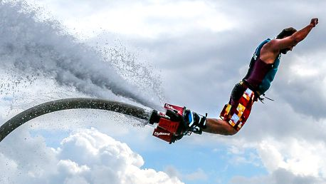 Adrenalin a akrobacie: let na vodním flyboardu