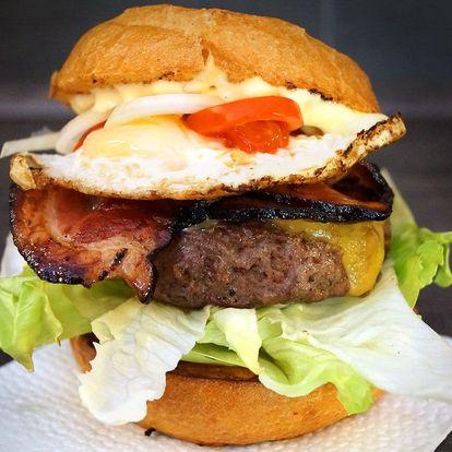 Hovězí burger se slaninou, čedarem a hranolky