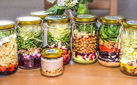 Čerstvý salát z lokálních potravin a dezert