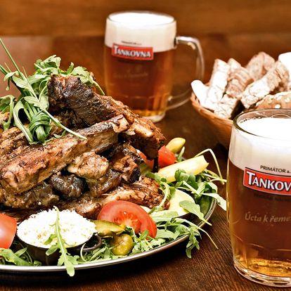 Pivo nebo kofola s hromadou pečených žeber