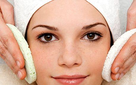 Ošetření obličeje nebo krku a dekoltu. Čištění, peeling a hydratace pleti v jednom.