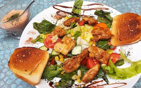 Dva saláty s kuřetem, domácím dresinkem a toasty