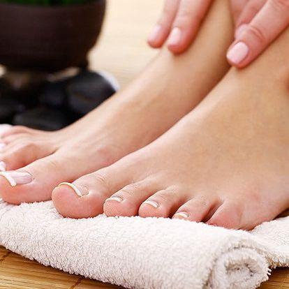 Profesionální pedikúra s lakem pro krásné nohy