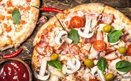 2 čerstvě nazdobené pizzy s průměrem 36 cm