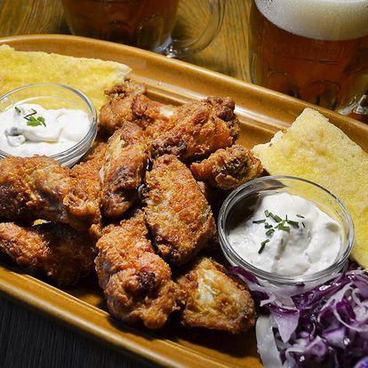 500 g kuřecích křídel s bagetou a dvě malá piva