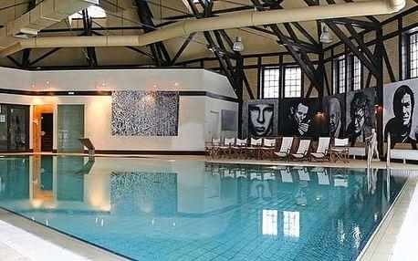 Kliczków, přírodou obklopený zámek Klickzków se vstupem do bazénu a saun