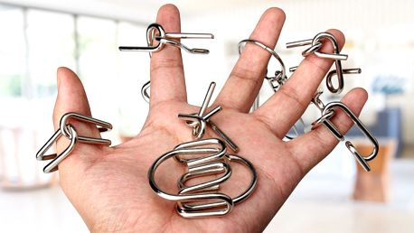 Sada osmi kovových hlavolamů v různé obtížnosti