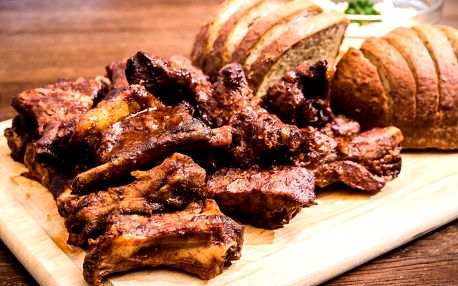 Žebra v domácí BBQ omáčce, Coleslaw a chléb